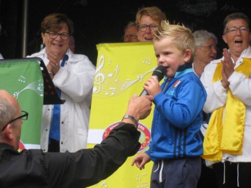 Optreden tijdens de jaarlijks terugkerende Spuidag in Oud Beijerland 01-07-2016